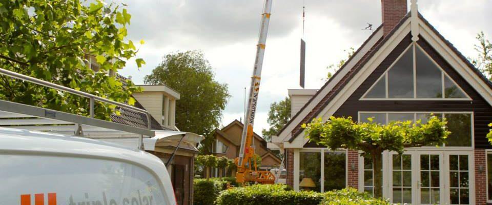 Installatie PVT zonnepanelen huis met hijskraan Triple Solar