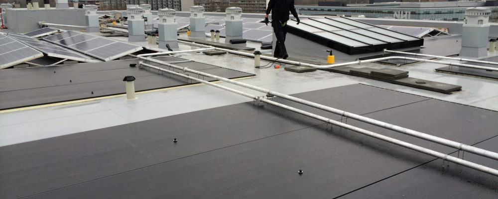 Leidingen-Triple-Solar-PVT-paneel-zonnepaneel-warmtepomppaneel-warmtepomp-installatie-aanbouw