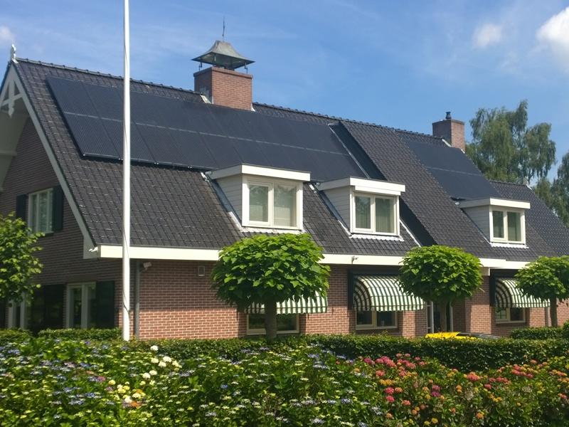 Triple Solar PVT zonnepaneel op het dak van huis particulier foto 1