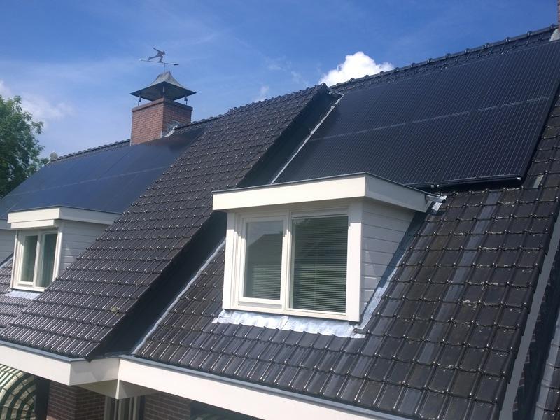 Triple Solar PVT zonnepaneel op het dak van huis particulier