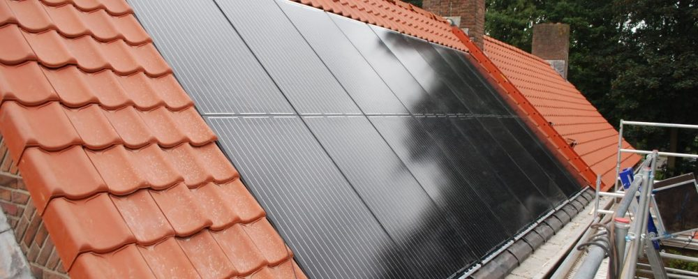 Triple Solar PVT panelen in dakpannen warmtepomppanelen