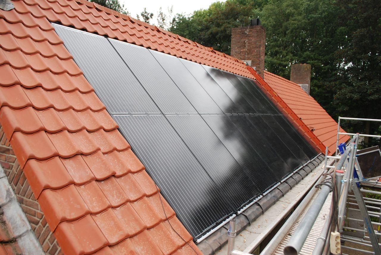 Triple Solar PVT panelen in dakpannen warmtepomppanelen