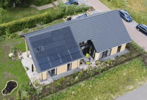 PVT-panelen-Triple-Solar-Dak-moderne-woning-Ommen-Tijhaar-drone-video-schuindak