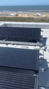 PVT-panelen worden geïnstalleerd op het dak