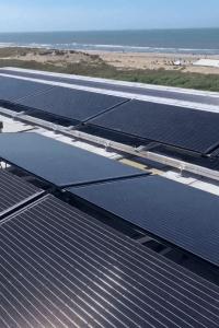 PVT-panelen op het dak bij het strand