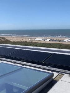 PVT-panelen op het dak aan het strand in aanbouw met PVT-panelen op het dak bij het strand
